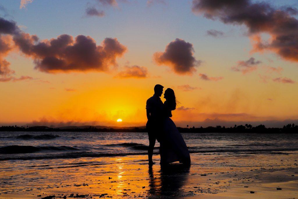 Ensaio casal no pôr do sol na praia - Fotógrafo em Porto de Galinhas