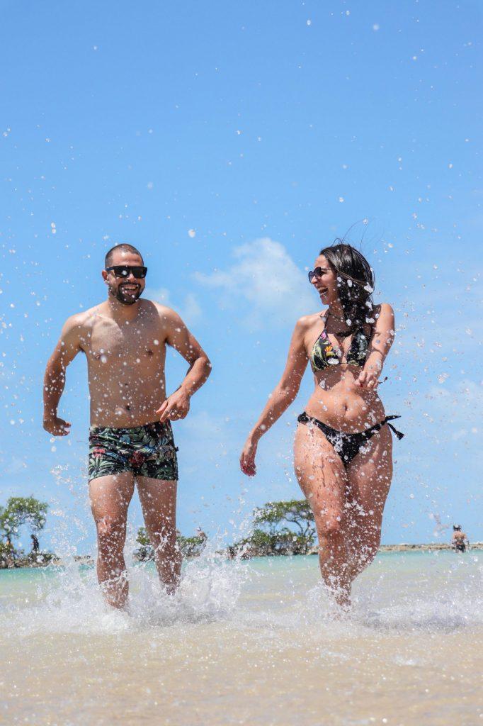 Ensaio divertido de casal na praia de Carneiros- Fotógrafo em Pernambuco