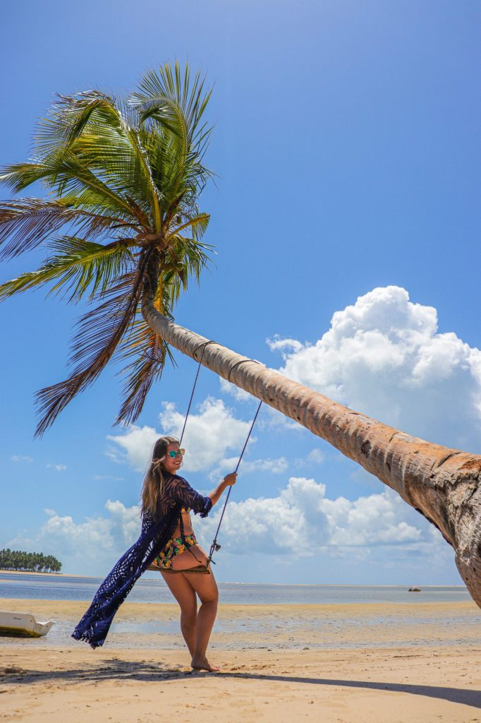 Ensaio mulher no balanço do coqueiro na praia- Fotógrafo em Maragogi