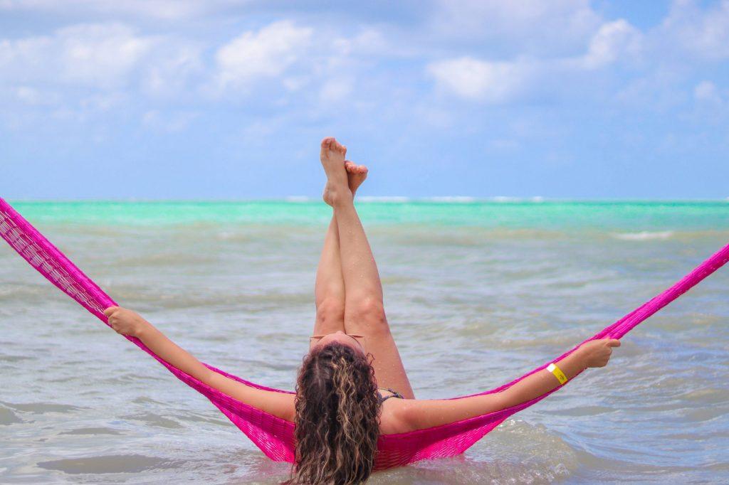 Ensaio para mulher que viaja sozinha - Fotógrafo na praia de Maragogi
