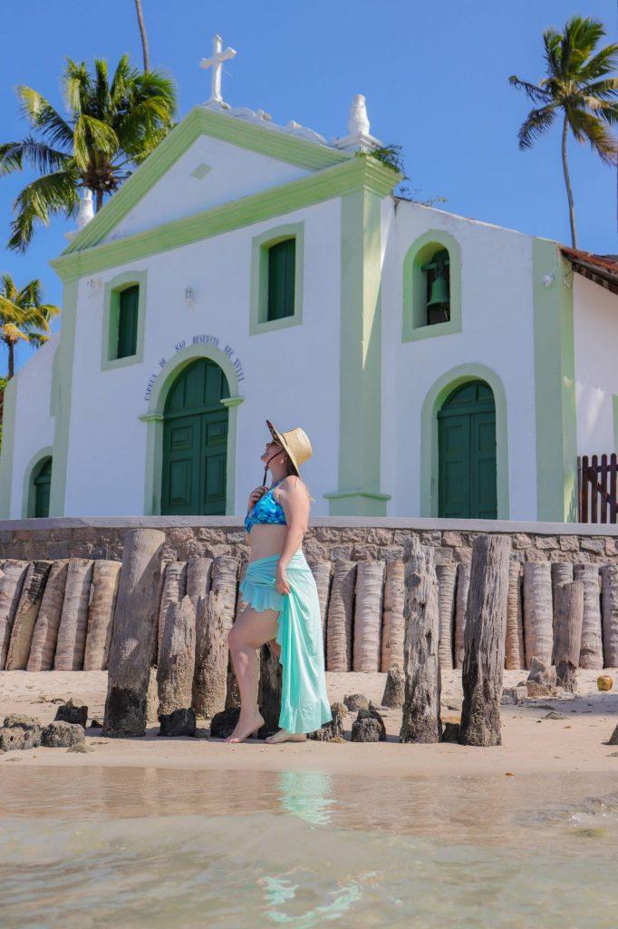 Mulher em frente a igreja na Praia de Maragogi - Ensaio com nosso fotógrafo