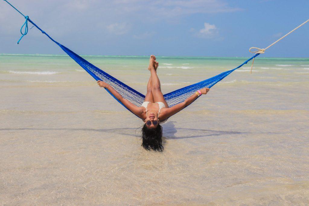 Ensaio de mulher na praia de Maragogi com fotógrafo - Mulheres que viajam sozinha e se divertem
